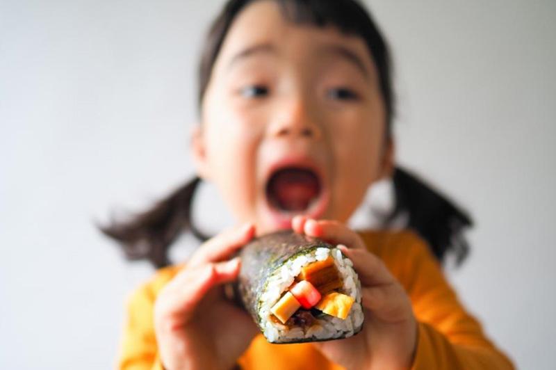 恵方巻を食べる女の子